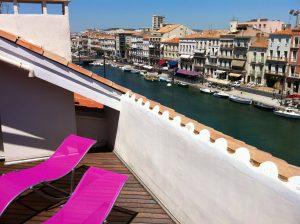 """Au Coeur du Cadre Royal L'appartement """"Vue Canal"""" : comme sur le pont d'un bateau..."""